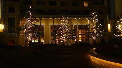 アンバサダーホテル 夜の庭